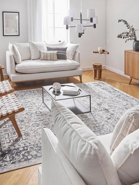 Helles und natürliches Wohnzimmer mit Holzelementen
