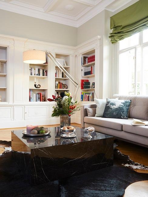 Wohnzimmer im Kolonialstil mit bunten Elementen