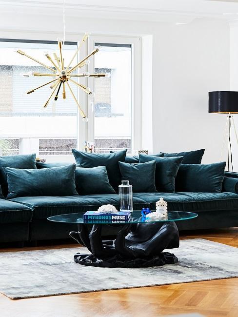 Helles Wohnzimmer mit petrolfarbener Couch