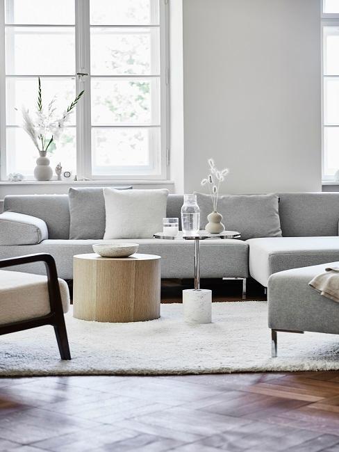 Helles Wohnzimmer mit grauer Couch