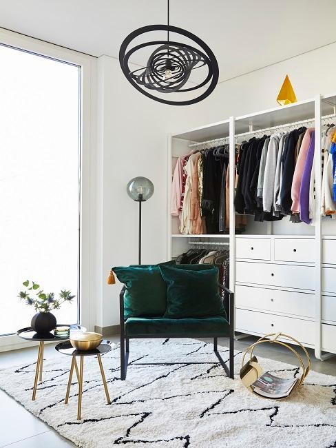 Ordnung im Kleiderschrank grüner Samtsessel
