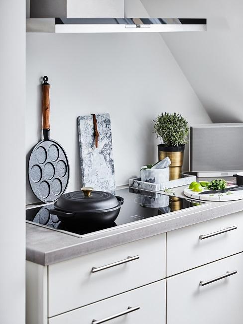 Schöne Küche mit cleaner Einrichtung.