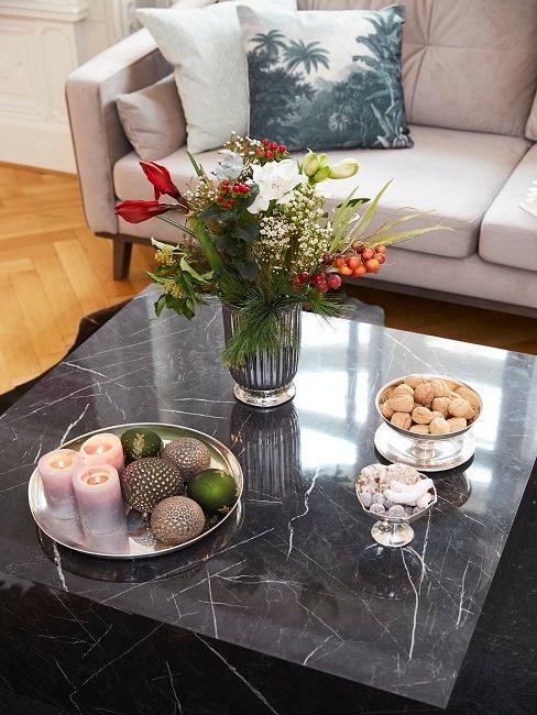 Der Couchtisch in schwarzer Marmoroptik mit weihnachtlicher Deko im Wohnzimmer von Tamara Gräfin von Nayhauß