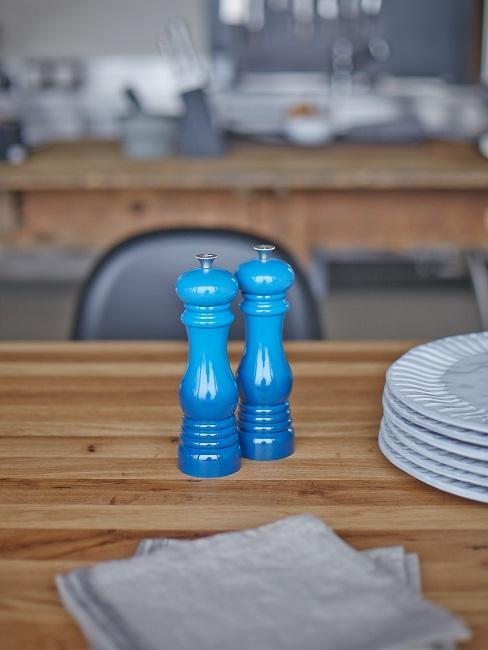 Blaue Salz- und Pfefferstreuer auf einem Holztisch