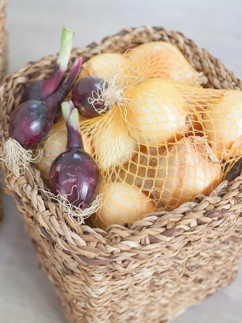 Korb mit Zwiebeln