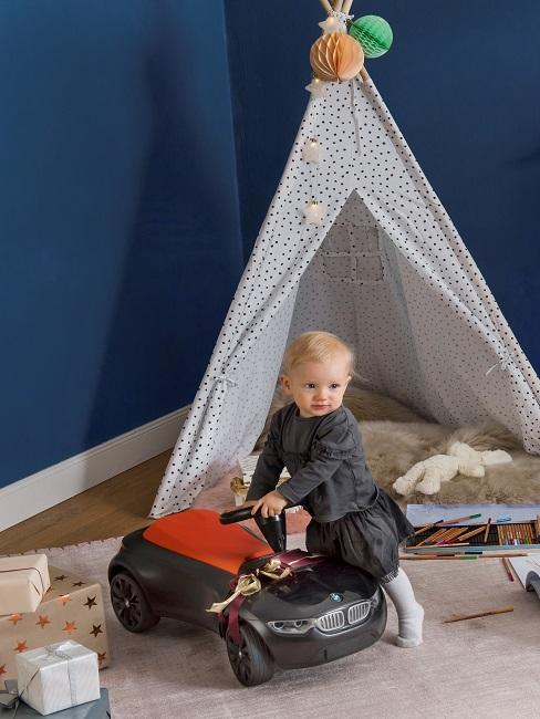 Kinderzimmer mit Tipi in Blau