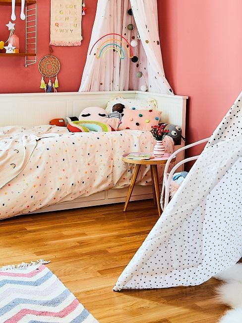 Buntes Kinderzimmer mit einer roten Wandfarbe