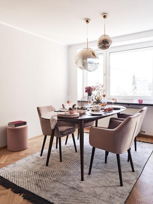 Kleines Esszimmer einrichten mit rosa Samtstühlen und dunklem Holztisch
