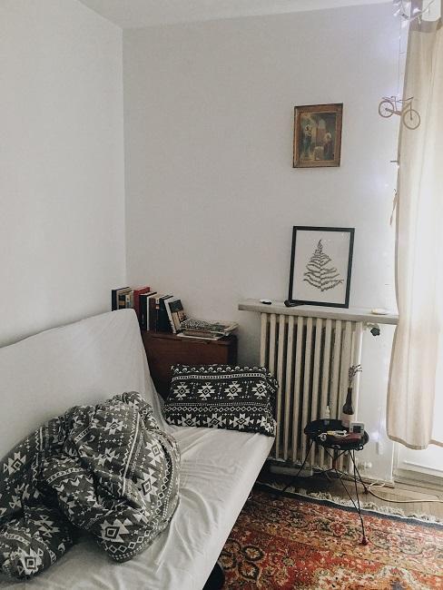 Vintage Schlafzimmer mit Schlafsofa und gemusterter Decke und Kissen