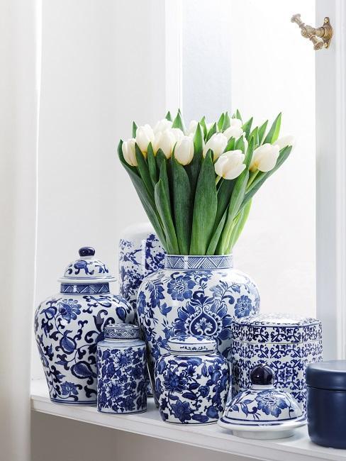 Fensterbank Deko mit blau-weißen Deckelvasen.