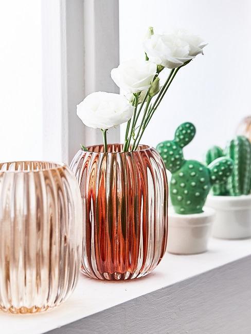 Fensterbank Deko mit bunten Mini Vasen.