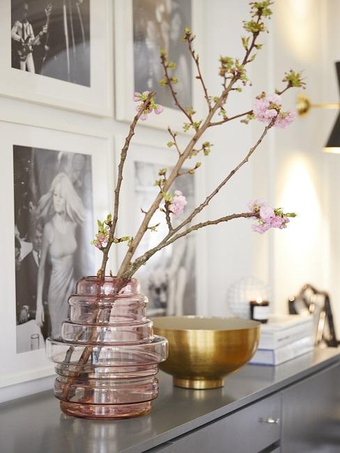 Schmalen Flur gestalten Deko Vase mit Blume und goldener Schale