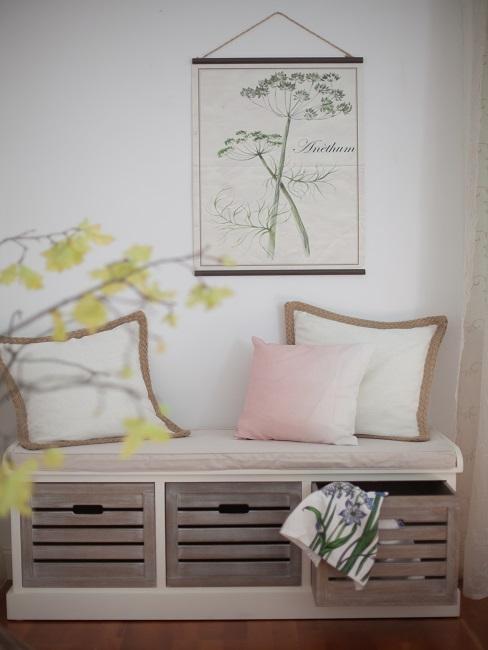 Sitzbank aus Holz mit hellen Kissen und einem Wandbild mit Naturmotiv im Schlafzimmer im Landhausstil