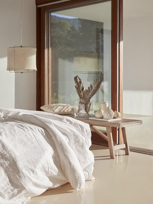 Feng Shui Schlafzimmer Deko auf Holzbank vor Bett