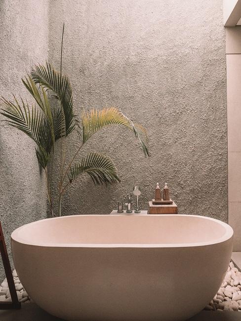 Badezimmer mit einer freistehenden Badewanne.