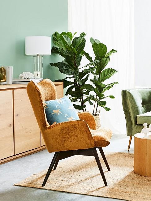 Wohnraum mit Zimmerpflanzen und einem braunen Sessel mit einem Kissen.