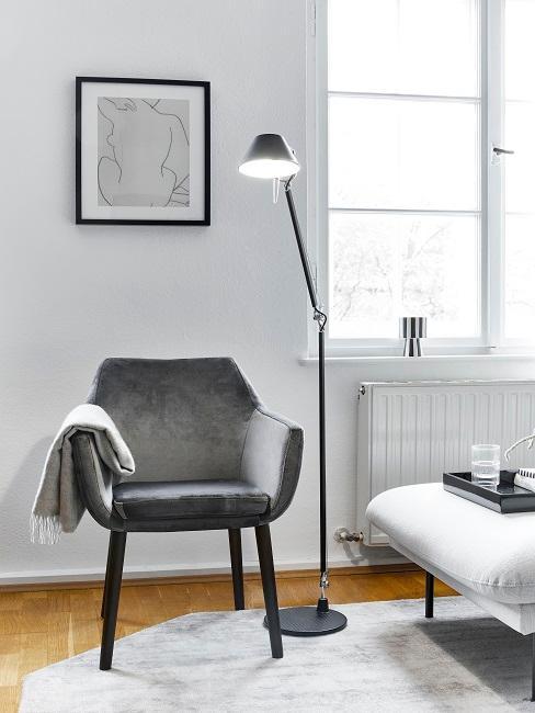 Heller Raum mit einem Sessel auf einem hellen Teppich