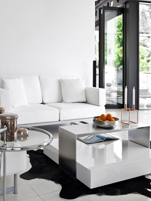 Modernes helles Wohnzimmer mit weißen Möbeln
