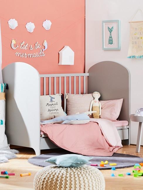 Kinderzimmer mit modernem Bett vor eine farbigen Wand