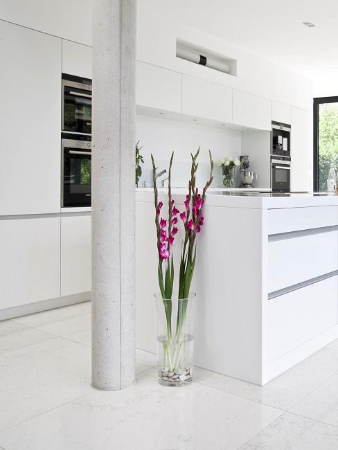 Weiße große Küche mit Tresen im puristischen Stil