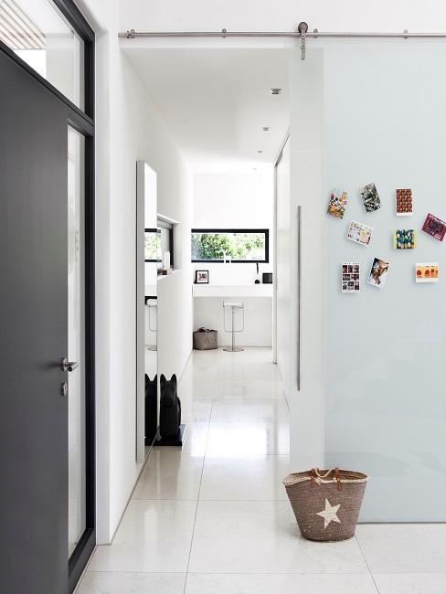 Cleaner Flur in Weiß mit minimalistischer Deko