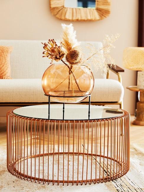 Helles Modern Natural Wohnzimmer mit einem Sofa, einem Bastspiegel, einem Metall-Couchtisch und Pflanzendeko