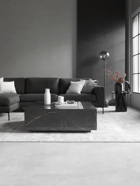 Wohnzimmer mit XL-Fenster, einem großen Sofa und einem Luxus-Marmor-Couchtisch