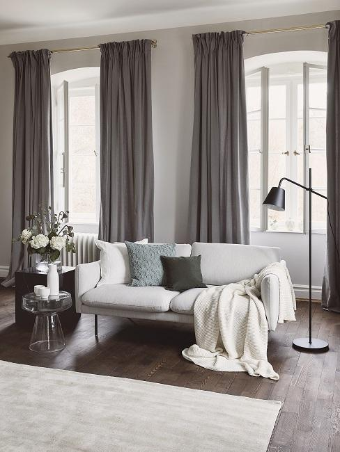 Farbkombinationen Wohnzimmer in Weiß und Grau mit grünem Kissen auf Sofa