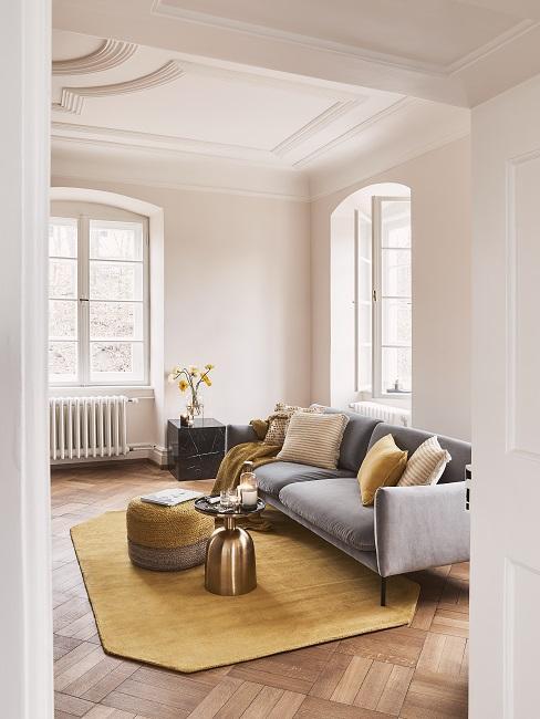 Farbkombinationen Wohnzimmer in Senfgelb und Grau