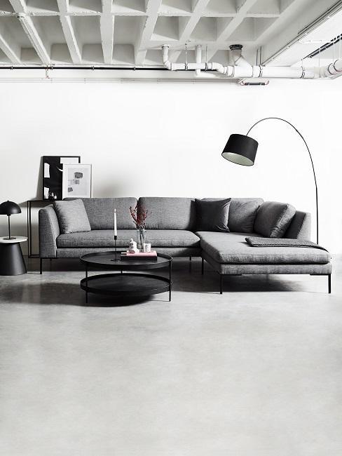 Großes Wohnzimmer in grauem industrial Stil