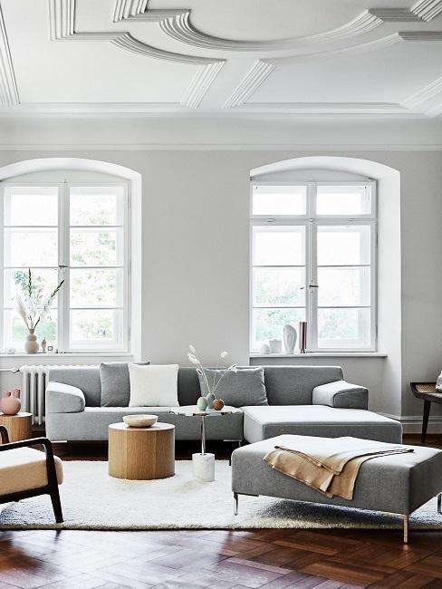 Großes Wohnzimmer mit grauer Couch und Holztisch