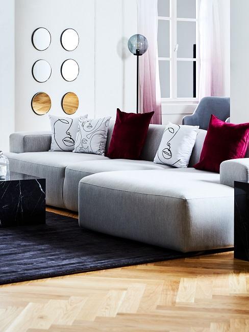 Graue Wohnzimmer Couch mit Kissen