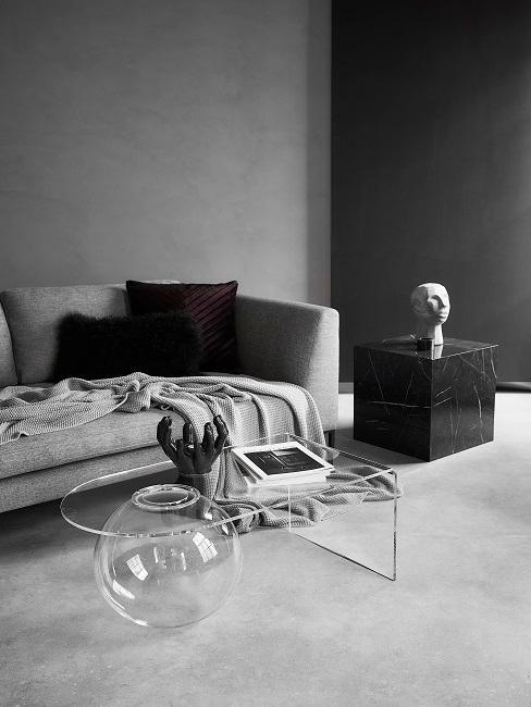 Dunkles Wohnzimmer in Grau-Schwarz mit Deko