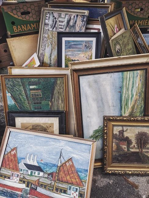 Viele Vintage Bilder auf einem Flohmarkt