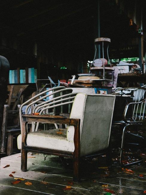 Flohmarkt mit Stühlen und weiteren günstigen gebrauchten Einrichtungsgegenständen
