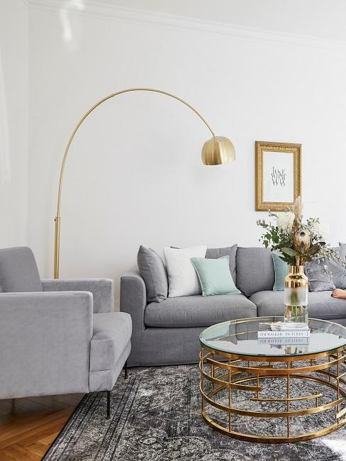 Wohnzimmer mit Grau und Goldenen Möbeln