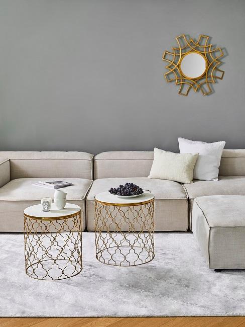 Wohnzimmer in Grau und Beige mit Goldelementen