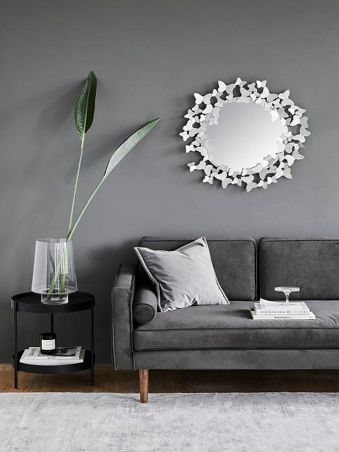Graues Wohnzimmer mit silbernen Elementen