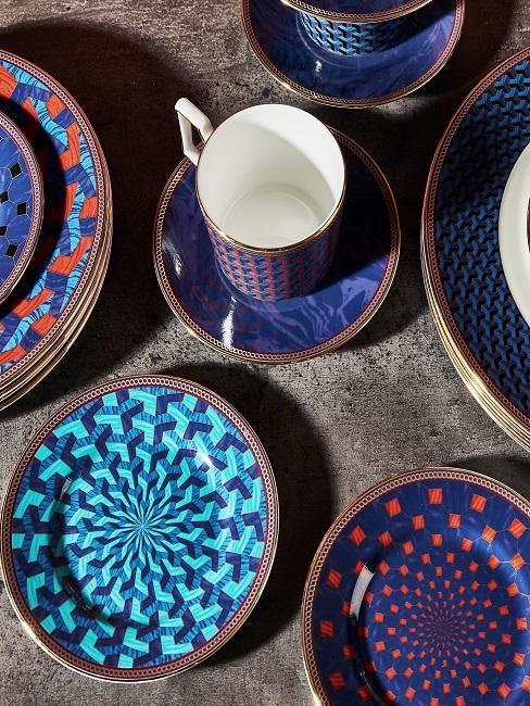 Gemustertes Geschirr-Set in Blau mit Tassen und Tellern