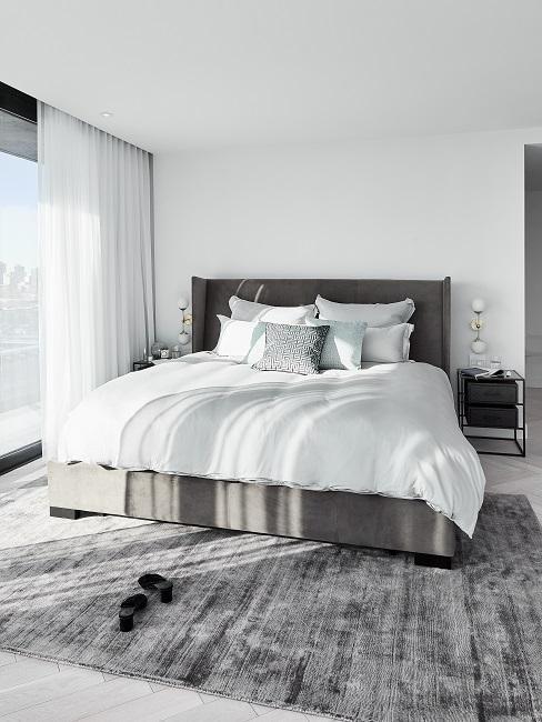 Luxus Wohnung einrichten Schlafzimmer mit grauem Bett und Teppich