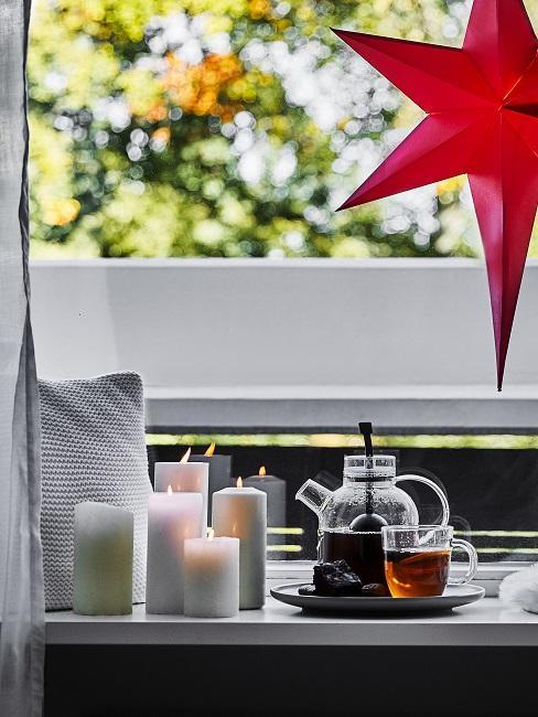 Fensterbank Deko mit Kerzendeko.