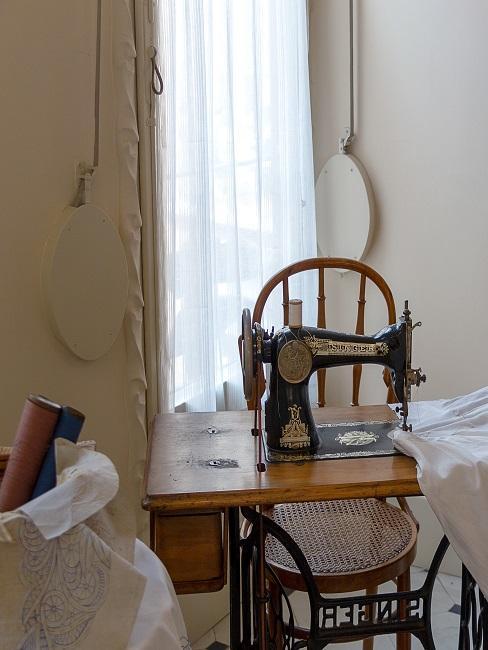 Tisch mit eingebauter Nähmaschine vor einem Fenster