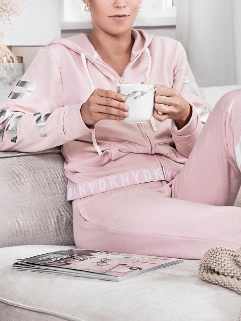 Enstpannen Frau trinkt Tasse Tee