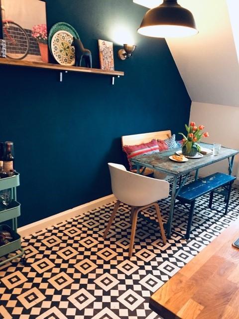Bunte Küche mit gemustertem Boden und blauer Wand