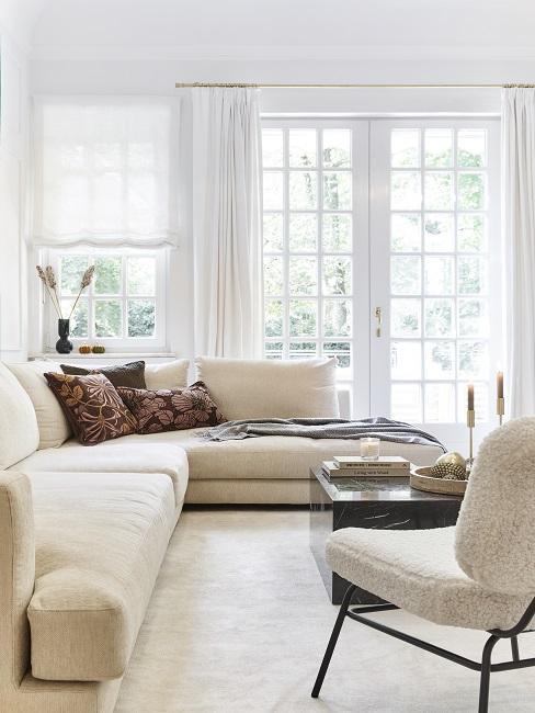 Vorhänge aufhängen Wohnzimmer mit weißen Gardinen und hellen Möbeln