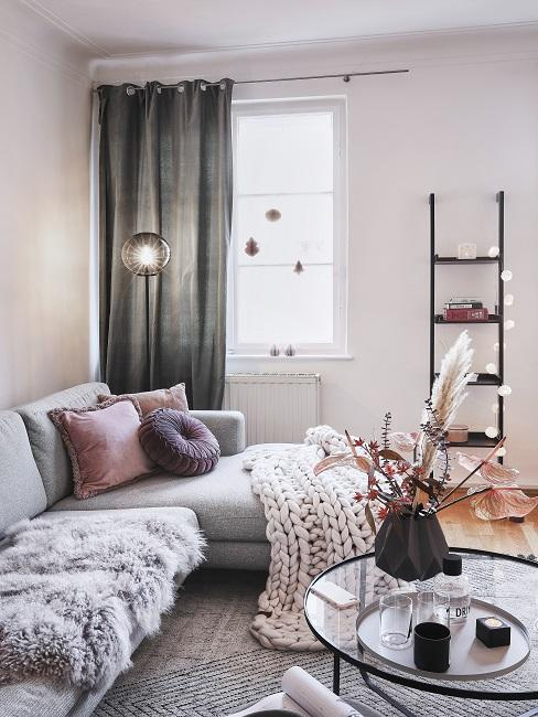 Vorhänge aufhängen Wohnzimmer mit grauen Gardinen und Sofa mit rosafarbener Deko
