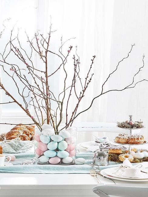 Ostertischdeko mit Gebäck und Eiern