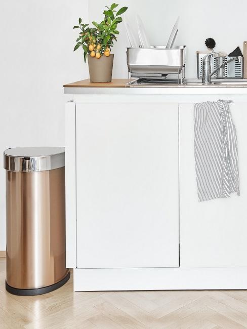 Weiße moderne Küche in Kombination mit Holz Ablagefläche und Edelstahl Accessoires