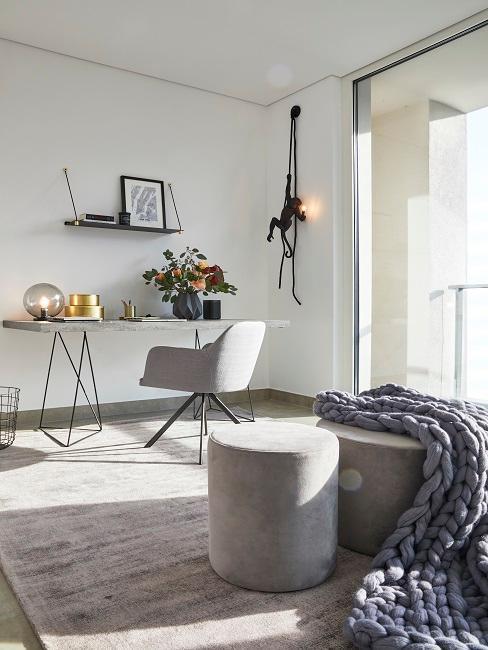 Helles Zimmer mit Arbeitsbereich und Poufs