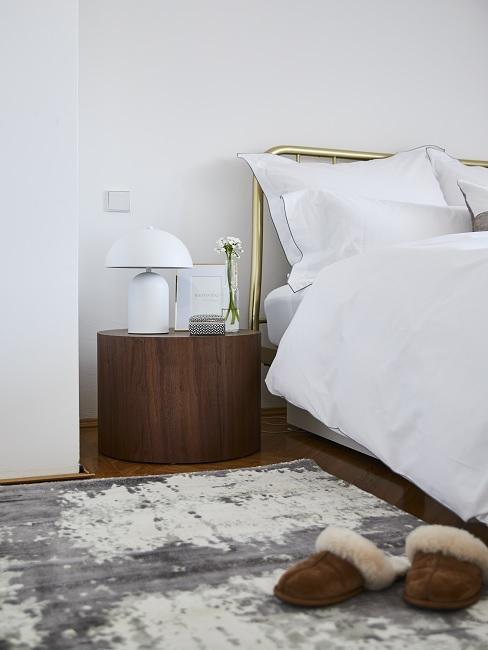 Stilmix Holz Nachttisch und Metall Bett